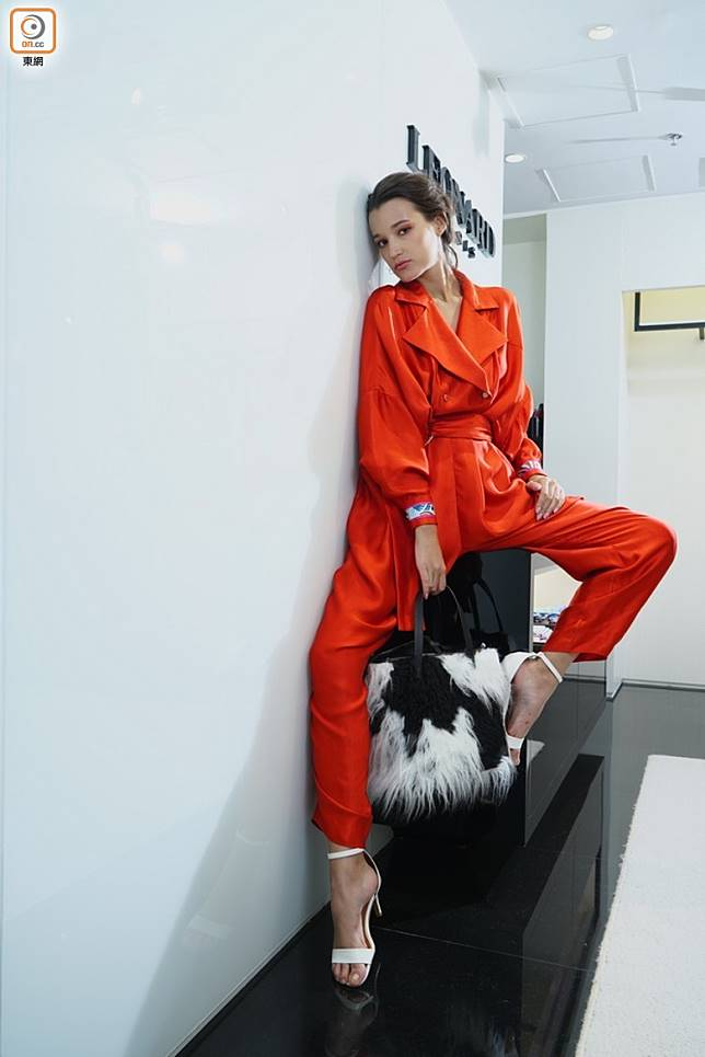 橙色連身褲、黑色印花手袋 (方偉堅攝)