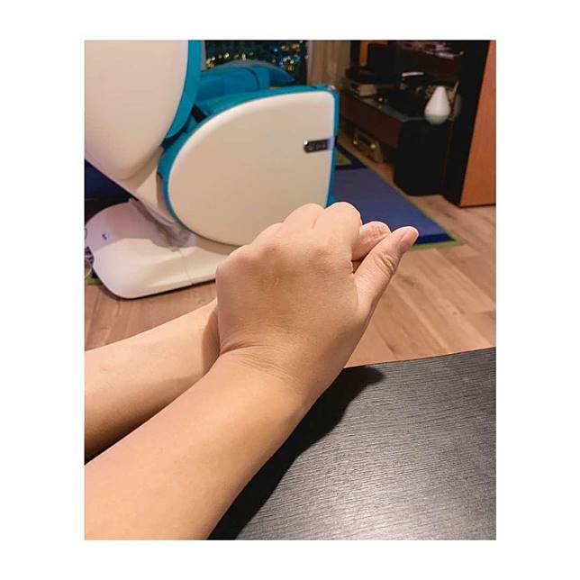 其好友嚴淑明緊握馬蹄露的手。