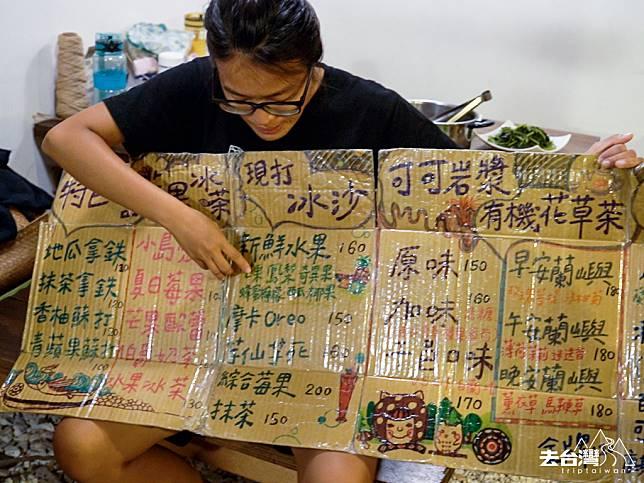 廢物利用,在紙皮箱手繪菜單做成餐廳menu。