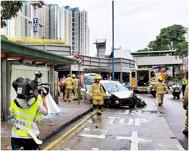 肇事私家車車頭損毀。