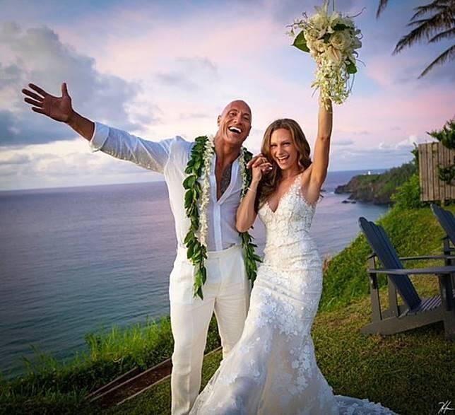 兩人突然閃婚,嚇壞不少粉絲。