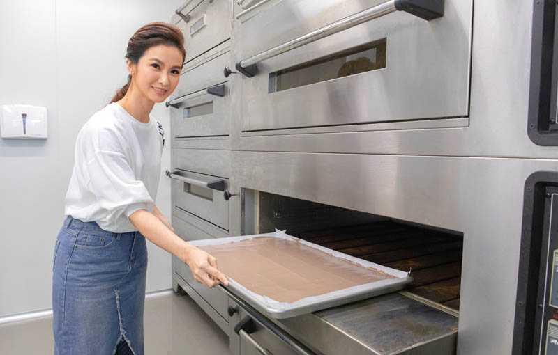 攪好的麵糊倒進模具後整平,接著便可送進烤箱。(圖/林勝發攝)