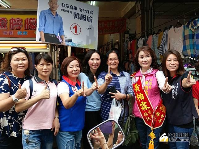 ▲比手1,李佳芬(中)市場拜票,感謝民眾支持韓國瑜 。(圖/記者許高祥攝,2018.11.09)