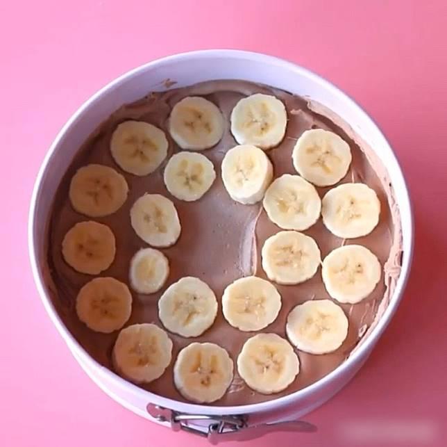 鋪上香蕉片。(互聯網)