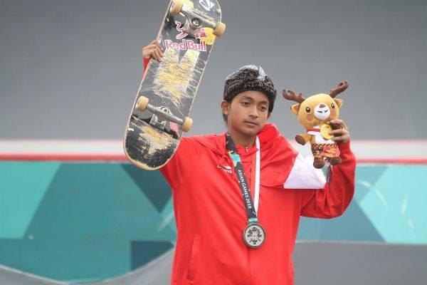 Skateboarder Indonesia Sanggoe Darma Tanjung berpose usai menerima medali perak pada kelas jalanan putra Asian Games 2018