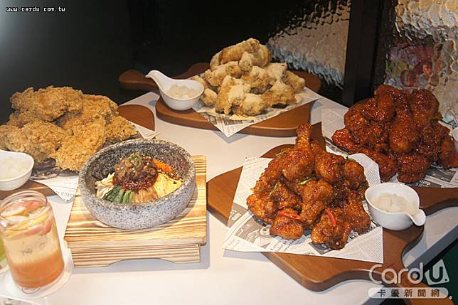「bb.q CHICKEN」加入韓式鍋物、拌飯與韓式洋食,以及韓式調酒,打造餐酒館的氛圍(圖/卡優新聞網)