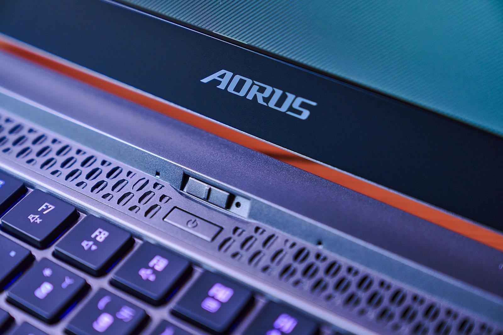 在鍵盤上方還可見視訊攝影機,一旁還有環境光源感應器與雙陣列式麥克風,並有活動式鏡頭遮罩。 ▲ 至於鍵盤下方的 Windows Precision 精準觸控板,並具備指紋辨識裝置,觸控板也同樣支援手勢操作與多點觸控功能。