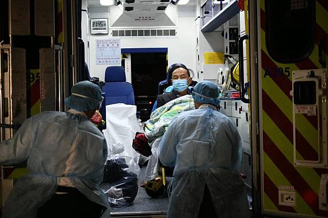 男病人由救護車轉往瑪嘉烈醫院的傳染病中心隔離