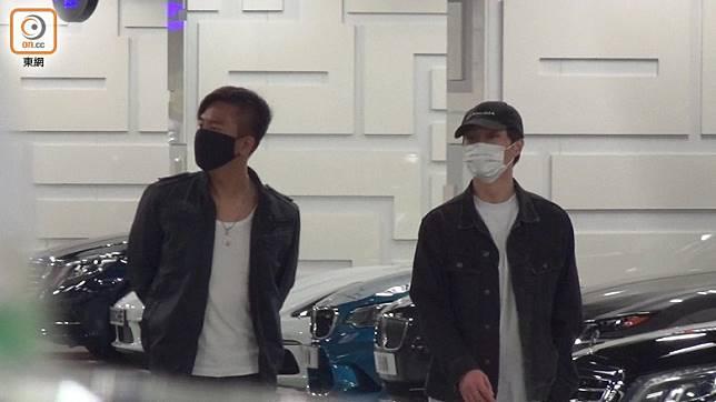 馬國明(左)、胡鴻鈞去睇新車…