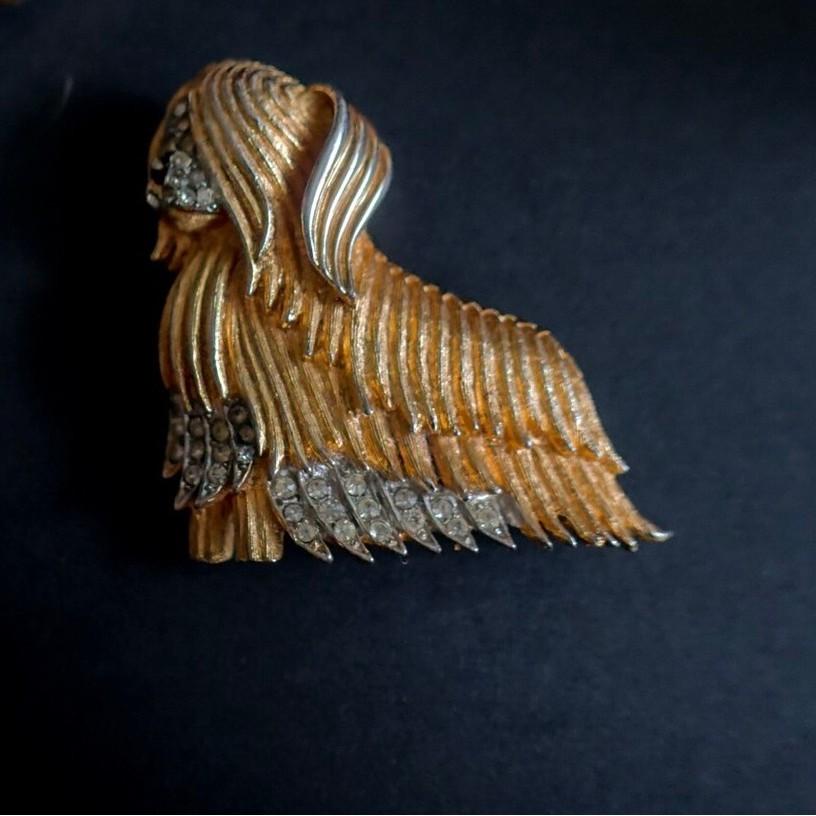 1950年代美國紐約設計師古董Boucher 致狗狗派 這件約克夏的別針則是Boucher的作品,Boucher是1910年代的Cartier高級珠寶設計師,在1937年開始獨立門戶以自己的名字創立個
