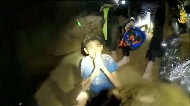 Tampak dalam video itu, para remaja itu mengucapkan salam dan mengenalkan diri satu demi satu. - AFP