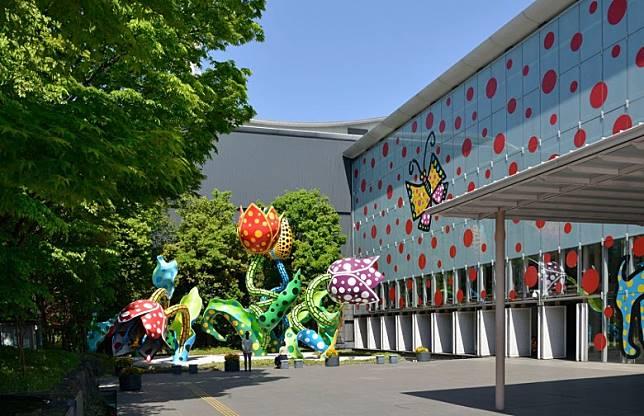 松本市美術館展出好多近年藝術家草間彌生作品。(互聯網)