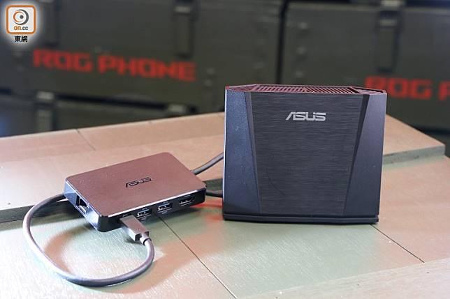 WiGig Dock無線投影底座(右)及Professional Dock五合一擴充底座(左)。(張錦昌攝)