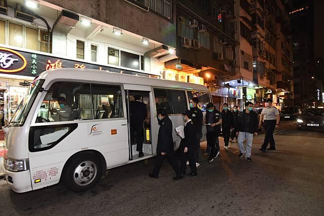 警方及食環署突擊巡查夜總會。