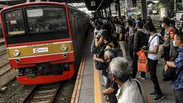 Penumpang kereta rel listrik (KRL) commuter line menunggu kereta di Stasiun Tanah Abang, Jakarta, Selasa (9/6/2020).