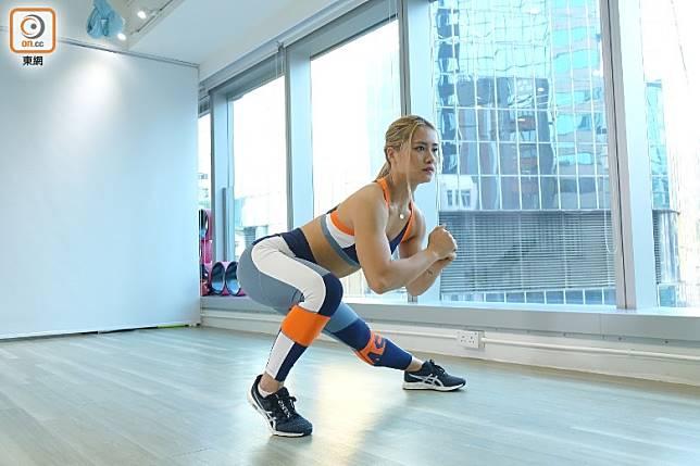 錯誤示範:做動作時要小心,落去時膝頭要保持在腳趾後面,重心不要衝前。(胡振文攝)