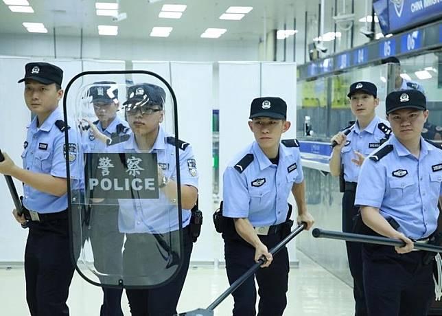 警員手持長棍及盾牌。(互聯網)