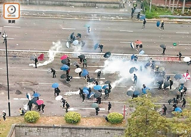 示威者連月堵路,警方多次施放催淚彈驅散。