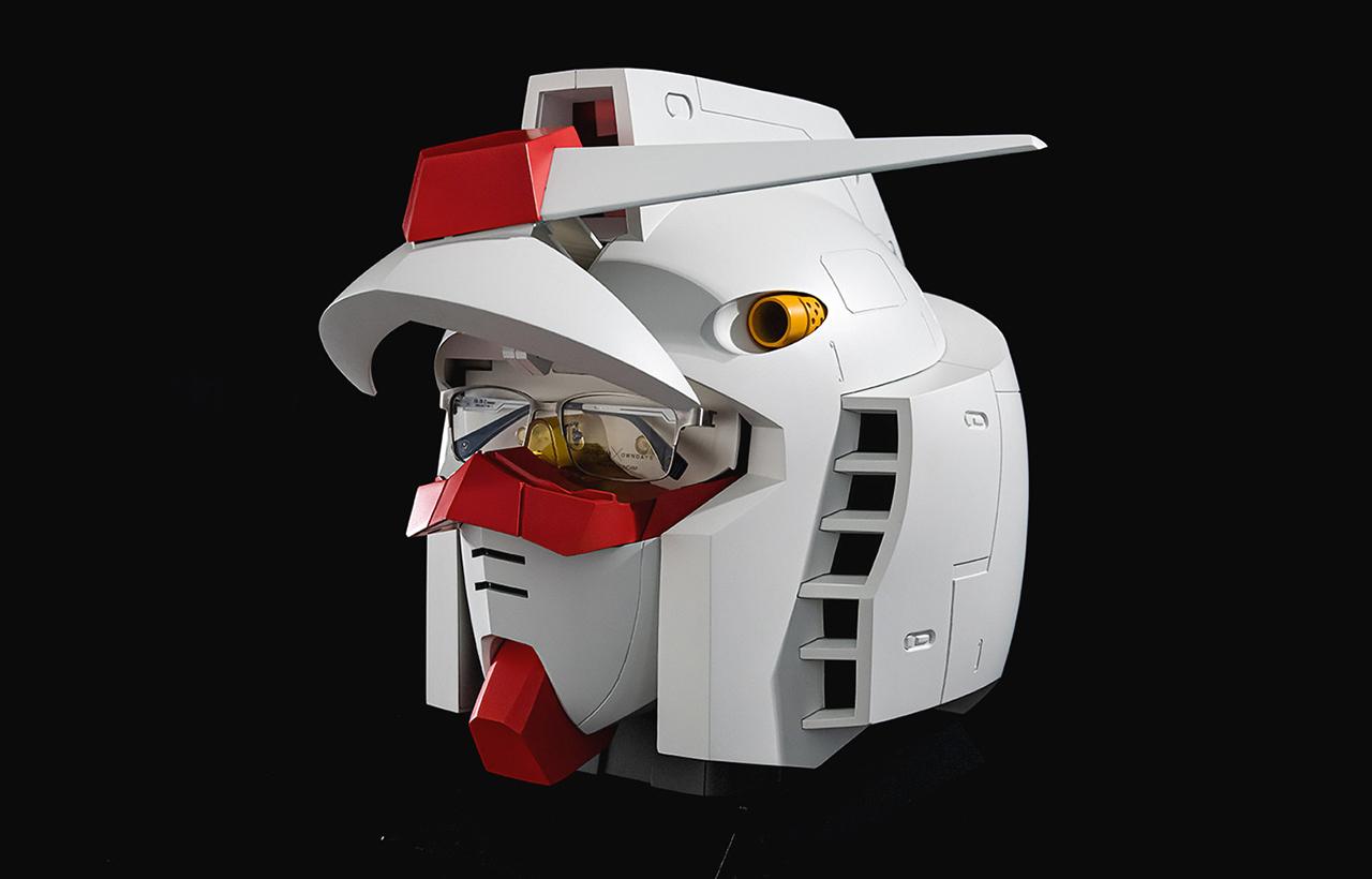 眼睛處可以收納一副眼鏡,關上收納盒時會發光且有鋼彈音效。
