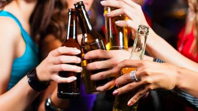 Ilustrasi mengonsumi minuman beralkohol (Shutterstock).