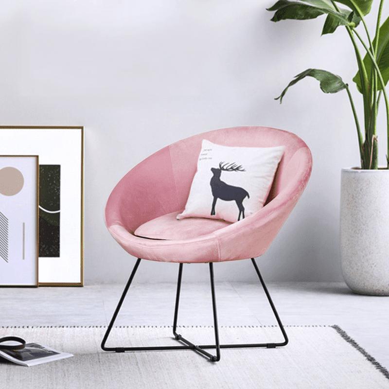 祕密花園絨布單人椅,以絨布呈現細緻豐潤的觸感,立體感強、光澤感高,風貌優雅。選用曲面椅背、中空棉&泡棉座墊、弧形扶手,提供舒適放鬆的乘坐體驗。造型金屬腳框,穩固支撐座面,堅固耐用,品質細膩,居家及商業
