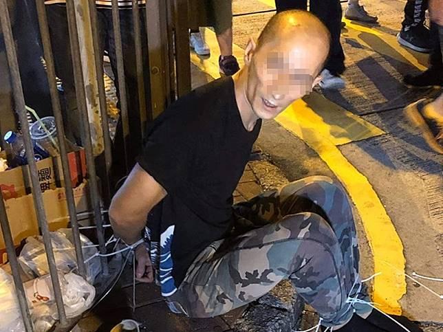 疑偷手機男子被綁燈柱。「巴打絲打 Facebook Club」FB圖片