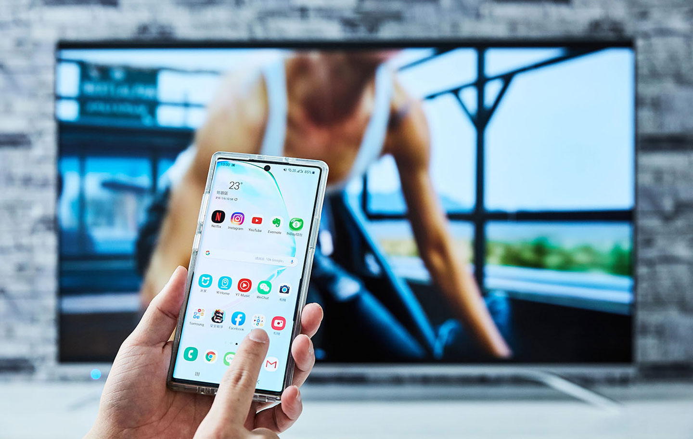 使用無線投放功能到 EZCast Ultra U1 的另一個好處就是手機可以在同一時間做其他事情,不需要一直停留在同一個畫面,而且 EZCast Ultra U1 也能提供同一網域內的其他手機共用,大家想看什麼影音內容都可以直接以自己的手機進行投放。