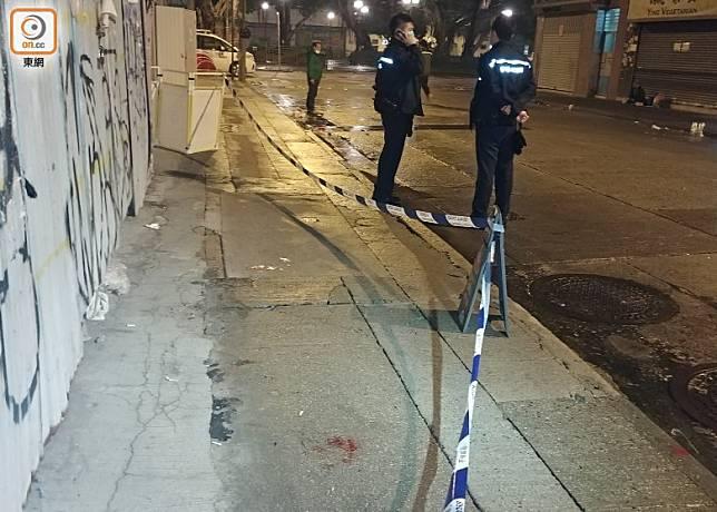 警員封鎖現場調查,地上遺血漬。(楊日權攝)