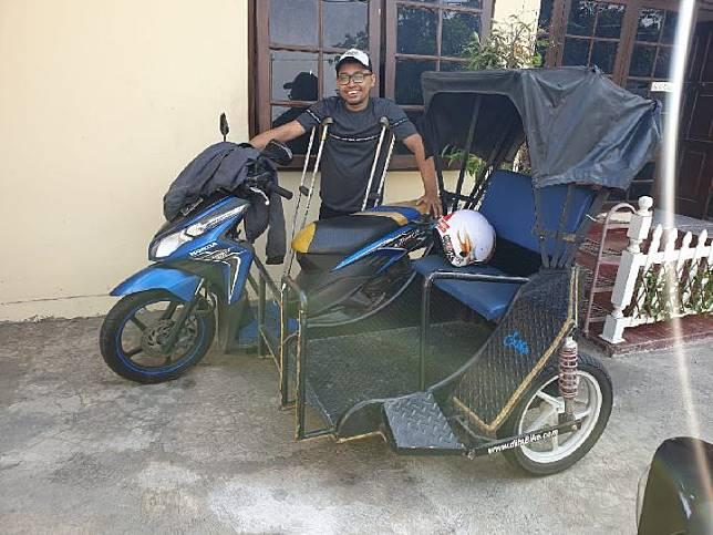 Triyono, pendiri Difa Bike dan sejumlah armadanya yang dipakai untuk layanan antar dalam dan luar kota. Tempo/Pribadi Wicaksono