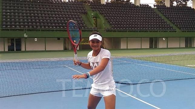 Petenis junior Priska Madelyn Nugroho saat latihan di lapangan tenis Gelora Bung Karno, Jakarta, Senin, 15 Juli 2019. TEMPO/Aditya Budiman