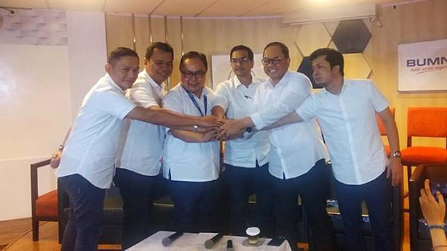 Jajaran direksi PT Garuda Indonesia (Persero) Tbk. (Ki-ka) Plh. Direktur Human Capital Capt Aryaperwira, Plh Direktur. Operasi Capt.Tumpal Manumpak Hutapea, Plh Direktur Kargo dan Pengembangan Usaha Joseph Tendean, Plt Direktur Utama Fuad Rizal, Direktur Niaga Pikri Ilham, dan Plh Direktur Teknik & Layanan Mukhtaris, usai bertemu dengan Menteri BUMN Erick Thohir di Kementerian BUMN, Kamis , 12 Desember 2019. EKO WAHYUDI/ Tempo