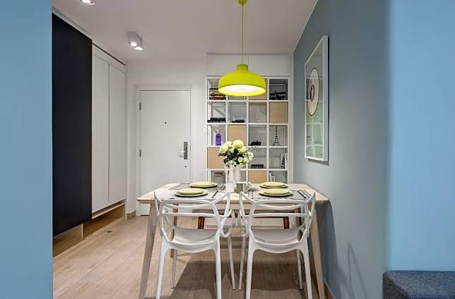 由於飯廳沒有窗戶,故選用大量淺色家具,淡色系木餐桌配灰色長櫈、白色餐椅,看起來較為明亮。 (受訪者提供)