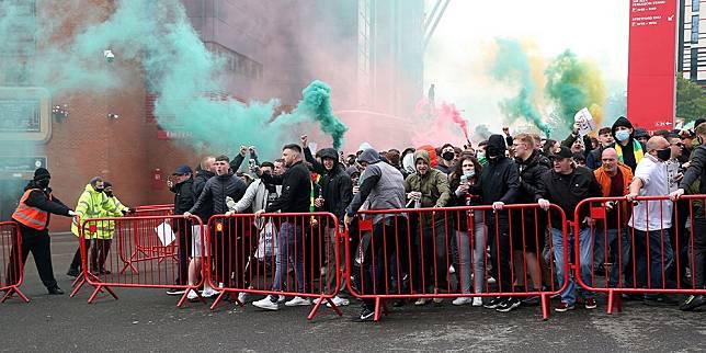 Situasi di luar Old Trafford. (c) AP Photo