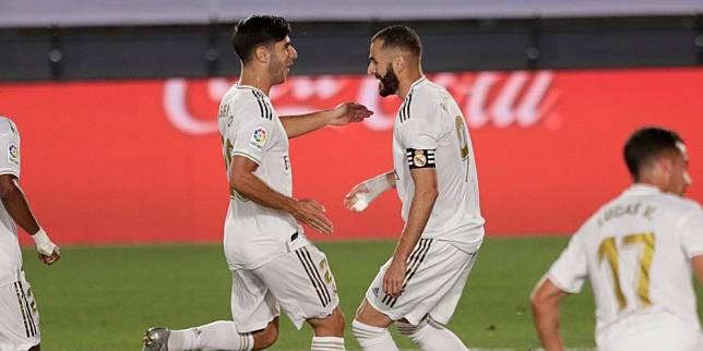 Marco Asensio dan Karim Benzema membawa Real Madrid mengalahkan Alaves, Sabtu (11/7/2020) (c) AP Photo