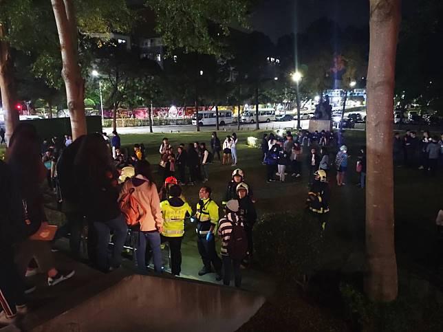 明志科大疏散10個晚間仍在上課的系所師生約百人,在教室外草坪避險。記者巫鴻瑋/攝影