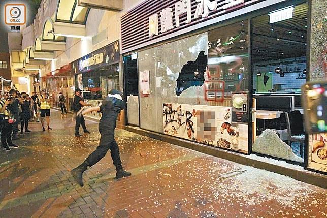 部分食店已成為示威者大肆破壞的目標。
