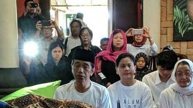 Foto Jokowi dan Iriana Melayat (facebook)