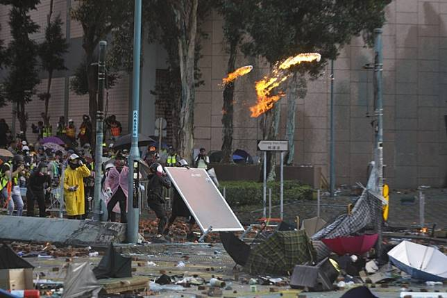 示威者在理工大學附近與警方爆發衝突。(李志湧攝)