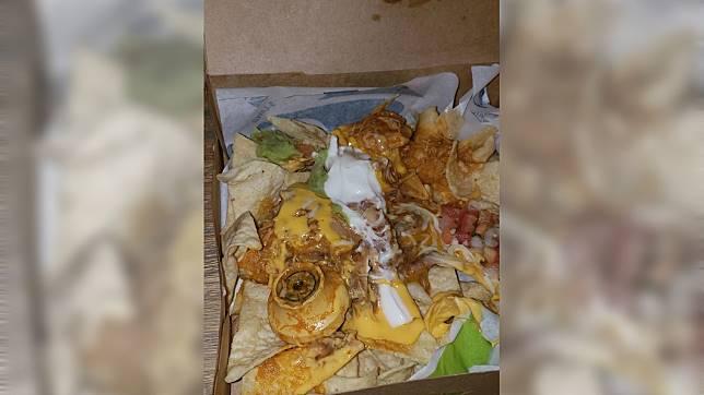 美國一名女子日前外帶玉米餅回家吃,打開驚見疑似金屬門鎖的異物。(圖/翻攝自臉書)