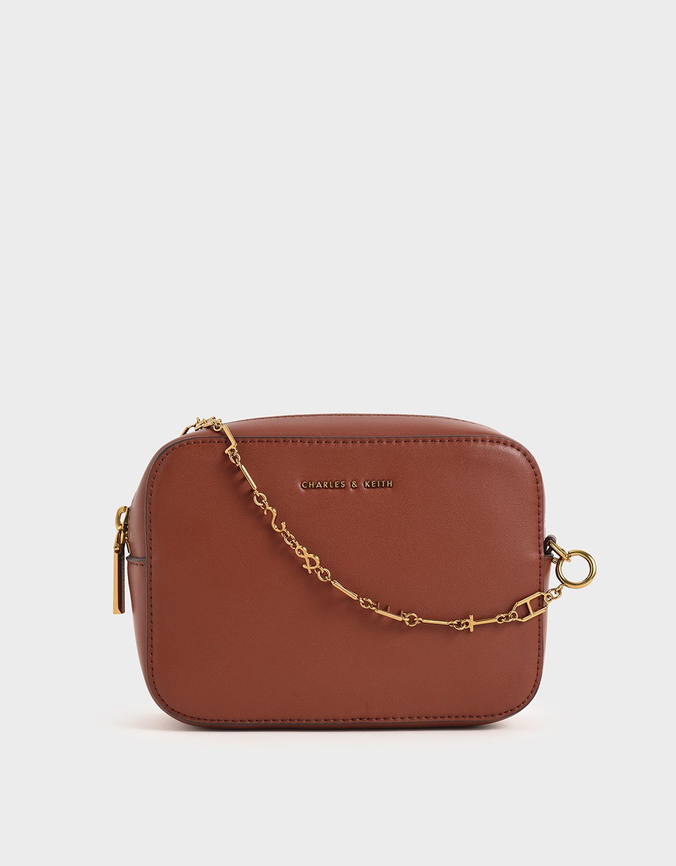 是一個簡單升級穿搭質感的包款,配色不但亮眼奪目,可調節式的背帶讓包包更能貼合你的身型需求。
