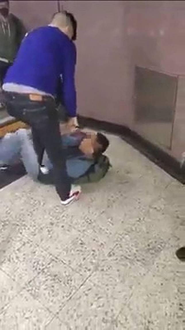 洋漢踩着警員腹部。