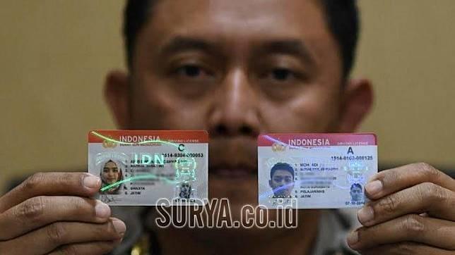 Kanit Regident Satlantas Polrestabes Surabaya, AKP Sigit Indra menunjukkan Smart SIM yang sudah bisa didapatkan pemohon SIM yang mengurus di Satpas Colombo, Rabu (9/10/2019).