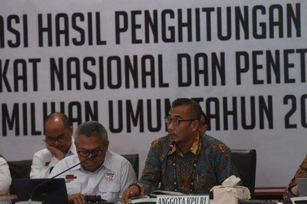 Anggota KPU Hasyim Asyari (kanan) bersama Ketua KPU Arief Budiman (kiri) memimpin rekapitulasi tingkat nasional di Kantor KPU, Jakarta, Senin (20/5/20