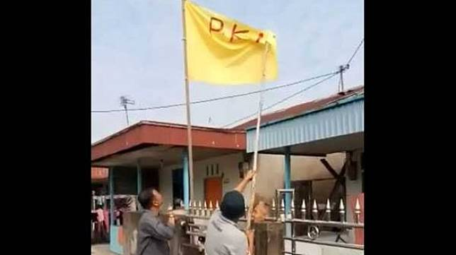 Pengibaran bendera bertuliskan PKI di Kubu Raya, Kalimantan Barat. (Foto: Istimewa / via Kalbaronline.com)