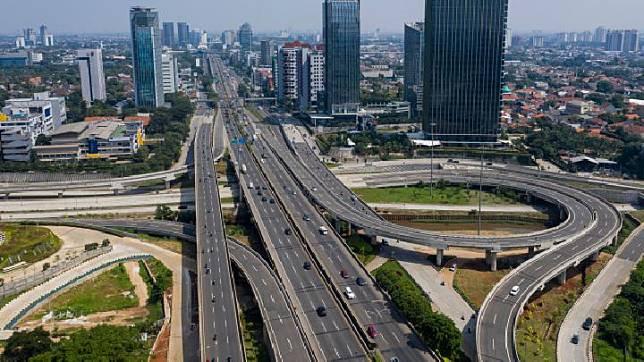An aerial photograph of vehicles on the Pondok Pinang-TMII toll road and the Antasari intersection in South Jakarta, Saturday, May 16, 2020. ANTARA