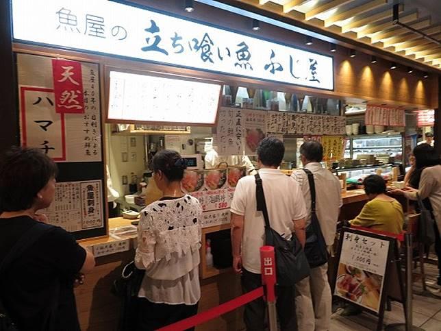 「立ち喰い魚 ふじ屋」已有60年歷史,位於阪神梅田百貨商店地下室的B級美食角。(互聯網)