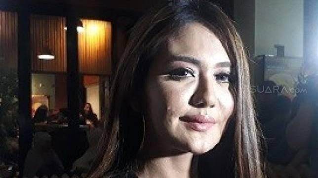 Juliana Mochtar saat menghadiri Gala Premiere Film 'Dilarang Menyanyi di Kamar Mandi', di XXI Epicetrum, Kuningan, Jakarta Selatan, Jumat (12/7/2019). (SIAPGRAK.COM/Ismail)