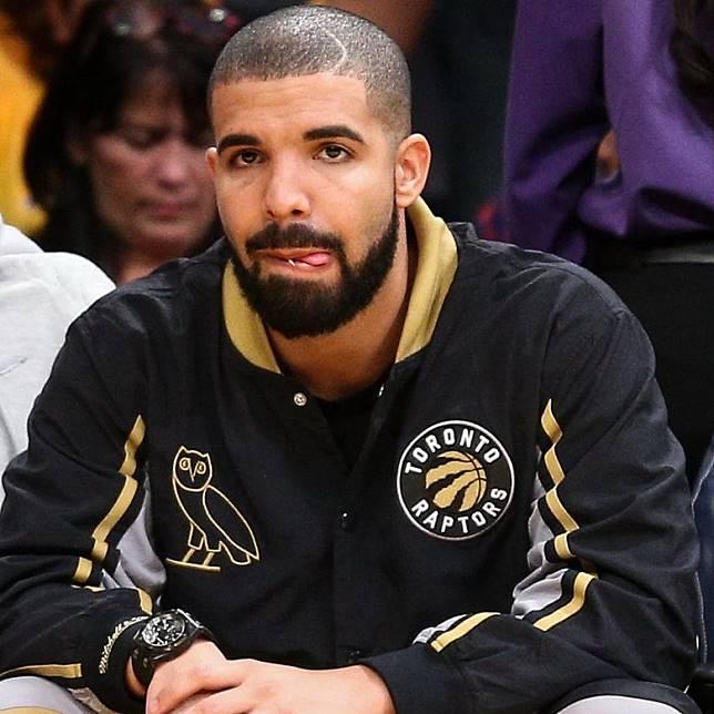 Drake係一個不折不扣的Toronto Raptors忠實球迷,更試過於球賽上向現場球迷送上OVO x Air Jordan 12波鞋及OVO x Toronto Raptors紀念Tee。(互聯網)