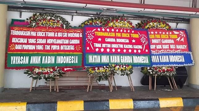 Karangan bunga dari Ikatan Awak Kabin Garuda Indonesia (IKAGI) di Kementerian BUMN, Jumat (6/12/2019). (Suara.com/Achmad Fauzi)