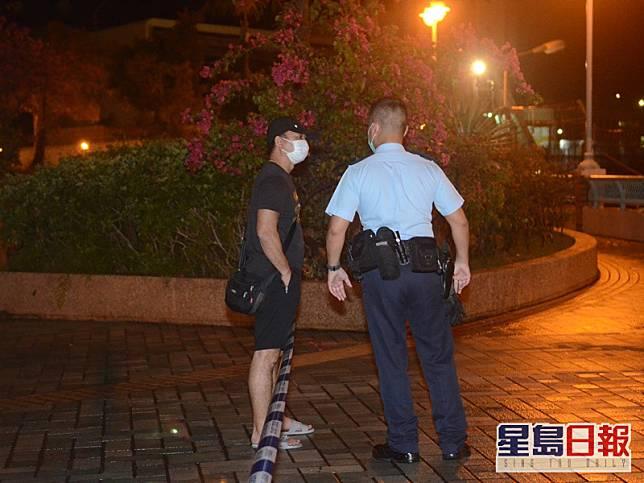 報案人士向警方講述詳情。